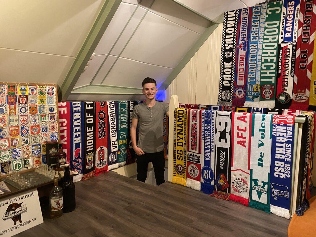 Simon Kollen met zijn verzameling