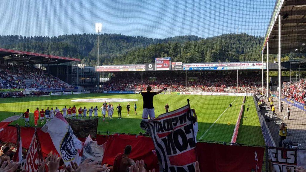Away support in Freiburg. Bron: @Fernweh_db