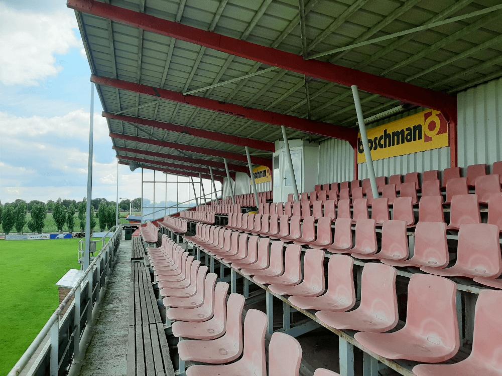 Waar wil jij zitten op de tribune van SV Gelders Eiland. Bron: @Nederlandse Velden