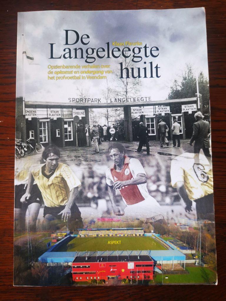 Het voetbalboek De langeleegte huilt - Opzienbarende verhalen over de opkomst en de ondergang van het profvoetbal in Veendam - Klaas Fleurke