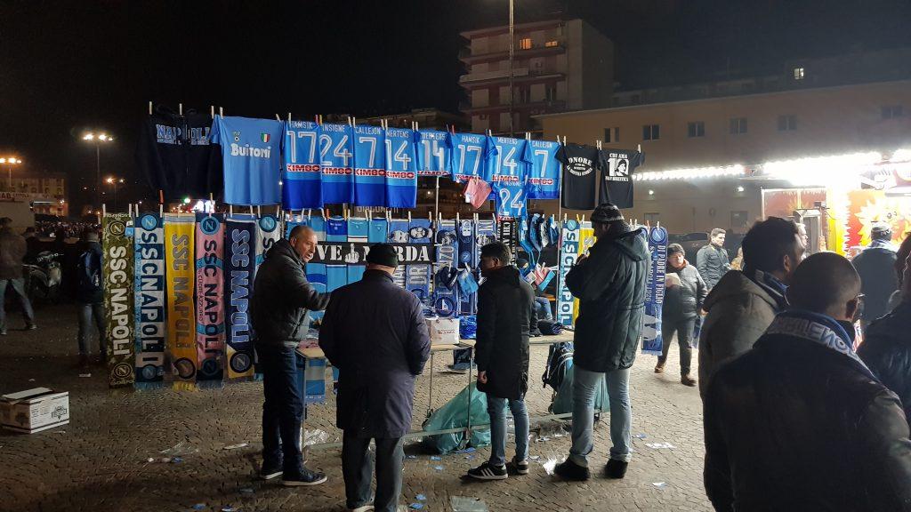 Kraampje buiten het stadion